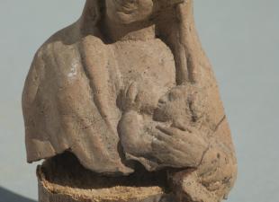 Ειδώλιο κουροτρόφου (γαλακτοτροφούσα). Αρχές 4ου αι. π.Χ. Ερεσός
