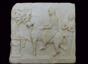 Μαρμάρινο ανάγλυφο επιτύμβιο με παράσταση έφιππης αφηρωισμένης νεκρής. 1ος αι. π.Χ.-1ος αι. μ.Χ. Ερεσός