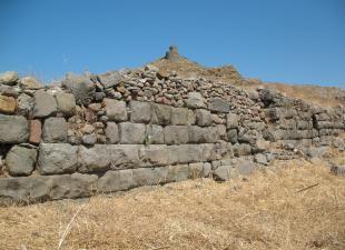Πρόποδες ακρόπολης Ερεσού. Ισόδομο τείχος. Στο βάθος η μεσαιωνική οχύρωση